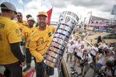 高清:环球帆船赛冠军船长 沃克露出标志性笑容