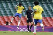 高清:奥运会巴西男足对阵埃及队 双方争抢头球