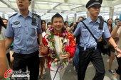高清图:中国体操回国 陈一冰微笑打招呼签字忙