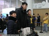 高清:新疆男篮返乌鲁木齐 球迷接机周琦受欢迎