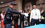 高清图:F1上海站火爆 众车手打乒乓挑战王励勤