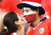 19日搞怪球迷:送斗牛士回家 智利球迷激吻庆祝