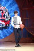 搜狐娱乐讯 10日,吴亦凡随新片剧组成员湖南长沙录制综艺节目,现场画画玩篮球十分帅气。