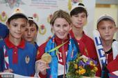 组图:俄女子花剑冠军回国 鲜花簇拥受热烈欢迎