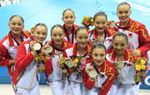 高清图:花游中国姑娘摘银 颁奖台上展美丽笑颜