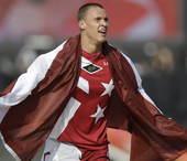 高清图:拉脱维亚选手小轮车摘金 身披国旗狂奔