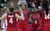 高清:美国女篮大胜捷克 女飞人帕克与队友庆祝