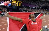 高清图:男子标枪沃尔科特夺冠 跪地披国旗庆祝