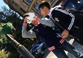 高清图:小球员齐心协力大作战 城市掠影找地标