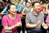高清图:父母电视观看秦凯夺冠 现场气氛超热烈