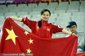 高清:美!国奥女球迷看台高举国旗 力挺中国队