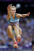 高清图:女子三级跳里帕科娃夺冠 身披国旗庆祝