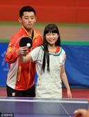 高清:张继科手把手教小球迷 林丹大秀乒乓球技