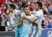 高清图:伊尔马兹遭队友围拥 激情大吼煽动球迷