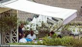 组图:科比退役后生活惬意 带笑与友人花园用餐