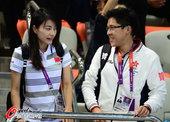 高清图:郭晶晶霍启刚甜蜜观战 遇教练开心交谈