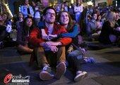 北京时间2012年7月28日,2012年伦敦奥运会,群众街头观看开幕式。更多奥运视频>> 更多奥运图...