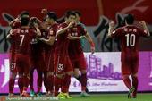 高清图:上港2-1逆转胜泰达 吉安破门拥抱众队友