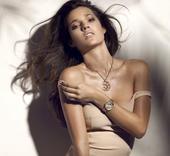 乌拉圭太太团:苏亚雷斯超模女友 露香肩秀性感