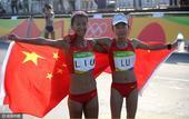 高清图:女子竞走20公里刘虹摘金 披国旗展笑颜