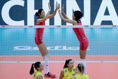 高清:女排3-0巴西开门红 朱婷与队友击掌欢庆
