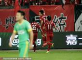 高清图:上港主场2-1绿城 武磊闪电破门激情庆祝