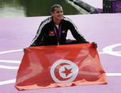 高清:孙杨劲敌游泳马拉松夺冠 展示突尼斯国旗