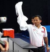 高清图:韩媒狂拍朝鲜乒球队 主帅扔毛巾砸记者