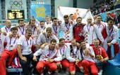 高清图:男子水球克罗地亚夺冠 集体跳下水庆祝