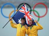 高清图:49人级男快速艇澳洲夺金 挥舞国旗庆祝