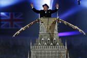 闭幕式第二幕:英国二战时期的首相丘吉尔出现在大本钟上。丘吉尔的扮演者叫斯巴尔。他在2010年的奥斯卡...
