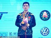 高清图:樊振东问鼎亚乒赛男单冠军 举冠军奖杯