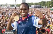 """2012年8月11日,2012年伦敦奥运会,""""London live""""继续上演,拳击女将亚当斯展示金..."""