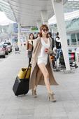 搜狐韩娱讯 韩国女艺人尹恩惠7日上午出现在韩国仁川机场,时尚装扮吸引了人们的目光。据韩国媒体报道,尹...