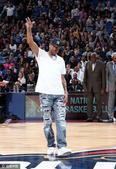 高清:艾弗森酷帅观战全明星 NBA名宿拥抱寒暄