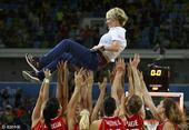 高清图:塞尔维亚女篮摘铜 全队兴奋教练被高抛
