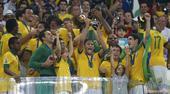 高清:内马尔高举联合会杯 抚慰巴萨队友很温馨