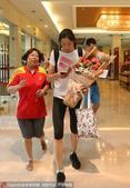 高清:中国女排抵达北仑备战 朱婷手捧鲜花受捧