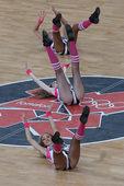 独家图:啦啦队热舞助法国 仰天劈腿空中跨栏步