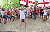 高清图:英球迷下体套袜当街杂耍 美女开怀大笑