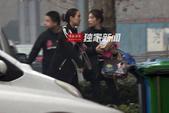 搜狐娱乐讯(洪水工作室/图文)日前,搜狐娱乐在北京一时装店外遇到了马苏。马苏当天身穿一件非常有设计感...