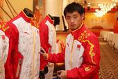 当地时间2012年8月10日,伦敦,乒乓球男子单打、团体双料冠军张继科做客中国之家,在奥运冠军龙服上...