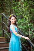 搜狐娱乐讯 近日,华语乐坛女歌手肖洋在进入2017年后先后曝光了多组写真,每组写真都各具特色。而在最...