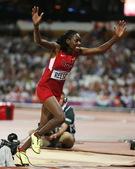 高清图:女子跳远里斯夺冠军 满面笑容狂奔庆祝