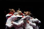 高清图:女佩团体俄罗斯夺冠 金牌选手兴奋相拥