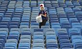 组图:日本球迷失望不失原则 赛后坚持收拾座椅