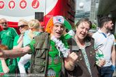 高清图:老少球迷热情接机 爱尔兰众将亲切合影