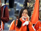 高清:鲁能主场惨遭逆转 球迷掩面而泣悲痛至极