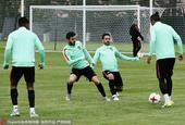 高清图:葡萄牙备战联合会杯 C罗抛球咧嘴大笑