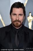 """搜狐娱乐讯 第88届奥斯卡颁奖礼举行,""""蝙蝠侠""""克里斯蒂安-贝尔和妻子希比-布拉奇克现场秀恩爱。"""